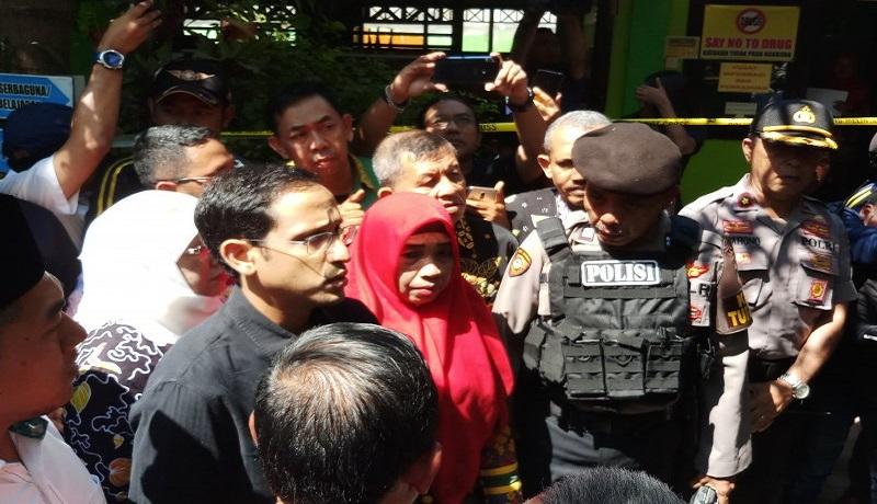 Nadiem Makarim Jadi Sasaran Selfi saat Takziah Keluarga Korban - GenPI.co