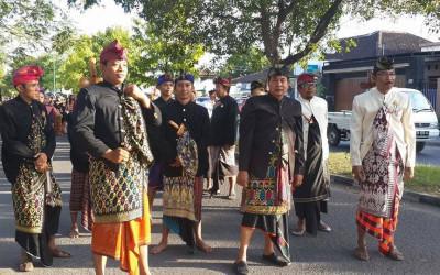 Bersatu dengan Tuhan Lewat Baju Dodot Suku Sasak yang Menawan