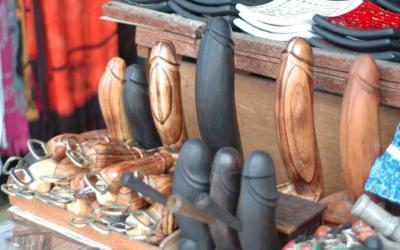 Kenapa di Bali Banyak Souvenir Berbentuk Si Otong Yah?