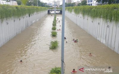 Jakarta Banjir, Underpass Jalan Angkasa Jadi Wahana Renang Bocah