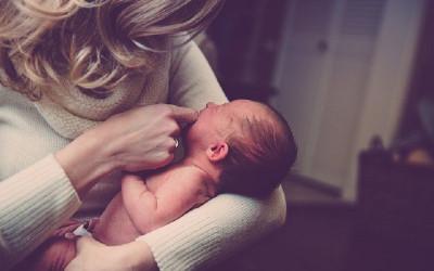 Benarkah Agar Pusar Bayi Tidak Bodong Harus Ditempel Uang Koin?