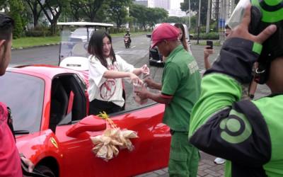 Viral, Wanita Cantik Cantolkan Kerupuk di Mobil Ferrari