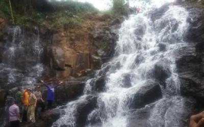 Surga Tersembunyi di Batang, Air Terjun dengan Latar Beton Alami