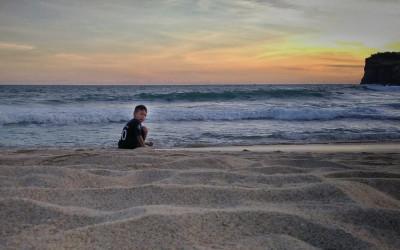 Menikmati Ombak Bergulung-gulung di Pantai Klayar