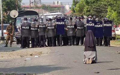 Biarawati Nekat Adang Polisi, 100-an Pedemo Berhasil Selamat
