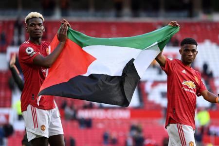 Lawan Israel, Pogba Bentangkan Bendera Palestina di Old Trafford
