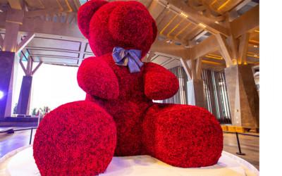 Rekor! China Buat Boneka Beruang Mawar Raksasa di Nikahan Massal