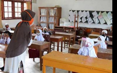 DPR Tetap Ngotot Guru Honorer Tua Jadi ASN Tanpa Seleksi PPPK