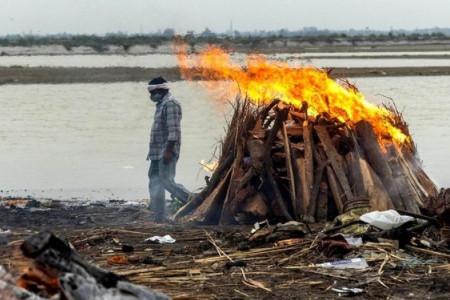 Tragis! India Mencekam, Puluhan Mayat Tersapu di Sungai Gangga