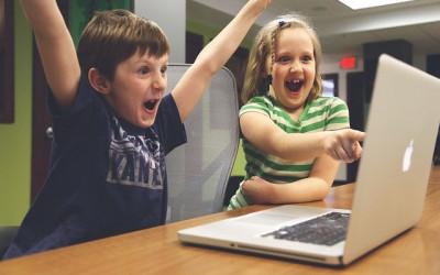 Anak Sering Main Internet, Bunda Wajib Sampaikan Hal Ini