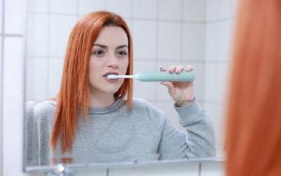 7 Cara Ampuh Menghilangkan Karang Gigi Secara Alami