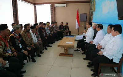 Pak Jokowi Temui Tetua Adat, Di Mana Bumi Dipijak, Di Situ...