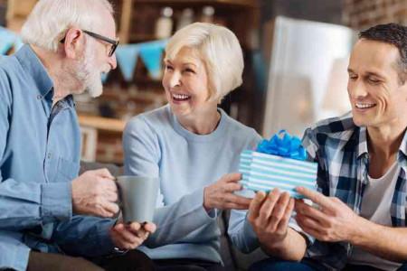 3 Ide Hadiah Untuk Orang tua di Hari Pernikahan, So Sweet!