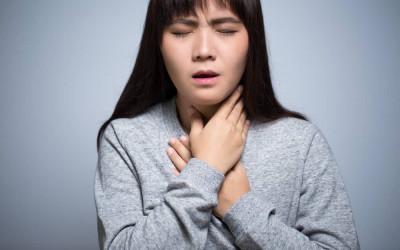 3 Cara Ampuh Redakan Gejala Sakit Tenggorokan yang Menyerang