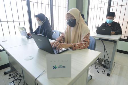 Alhamdulillah, Santri di 12 Ponpes Dapat Laptop dari XL Axiata