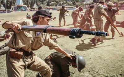 'Perang' di Tugu Pahlawan, Warga malah Mendekat