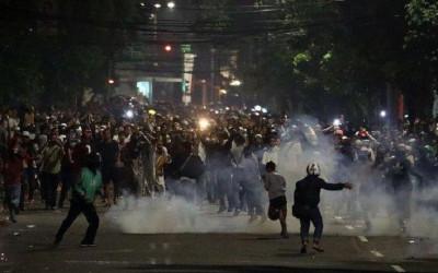Polisi dan Pendemo Kembali Bentrok di Kawasan Slipi