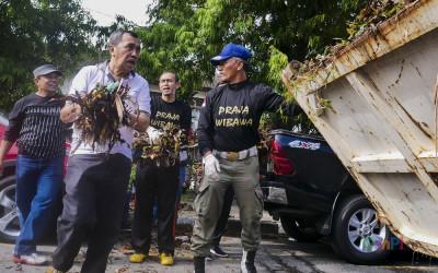 Gubernur Riau Ikut Gotong Royong Bersihkan Sampah di Jalan