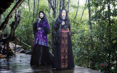 Wow! Fashion Show Tenun Digelar Perdana di Hutan Bakau Kendari