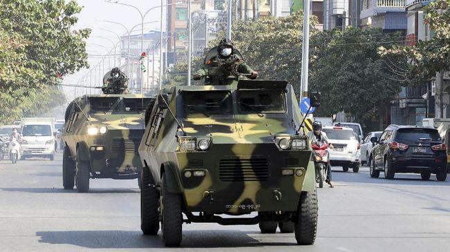 Militer Myanmar mengawal demonstrasi anti-kudeta militer di Kota Mandalay. Foto: Reuters/Stringer.