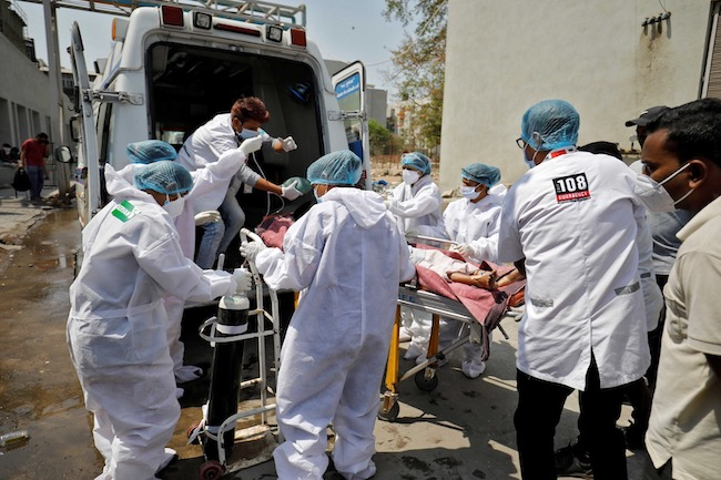 Seorang pasien dengan masalah pernapasan dibawa ke rumah sakit Covid-19 untuk perawatan, di tengah pandemi penyakit virus corona, Ahmedabad, India, Rabu (14/4/2021). Foto: ANTARA/Reuters/Amit Dave.