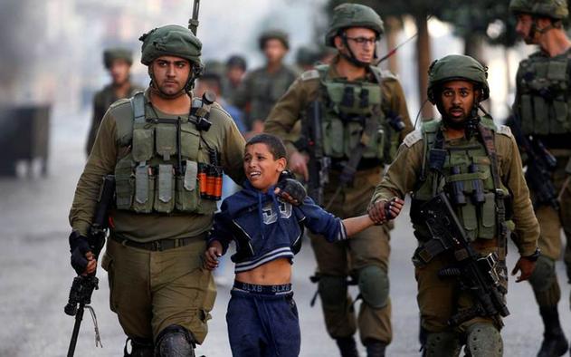 Ilustrasi - Tentara Israel menangkap anak-anak Palestina. Foto: Reuters.
