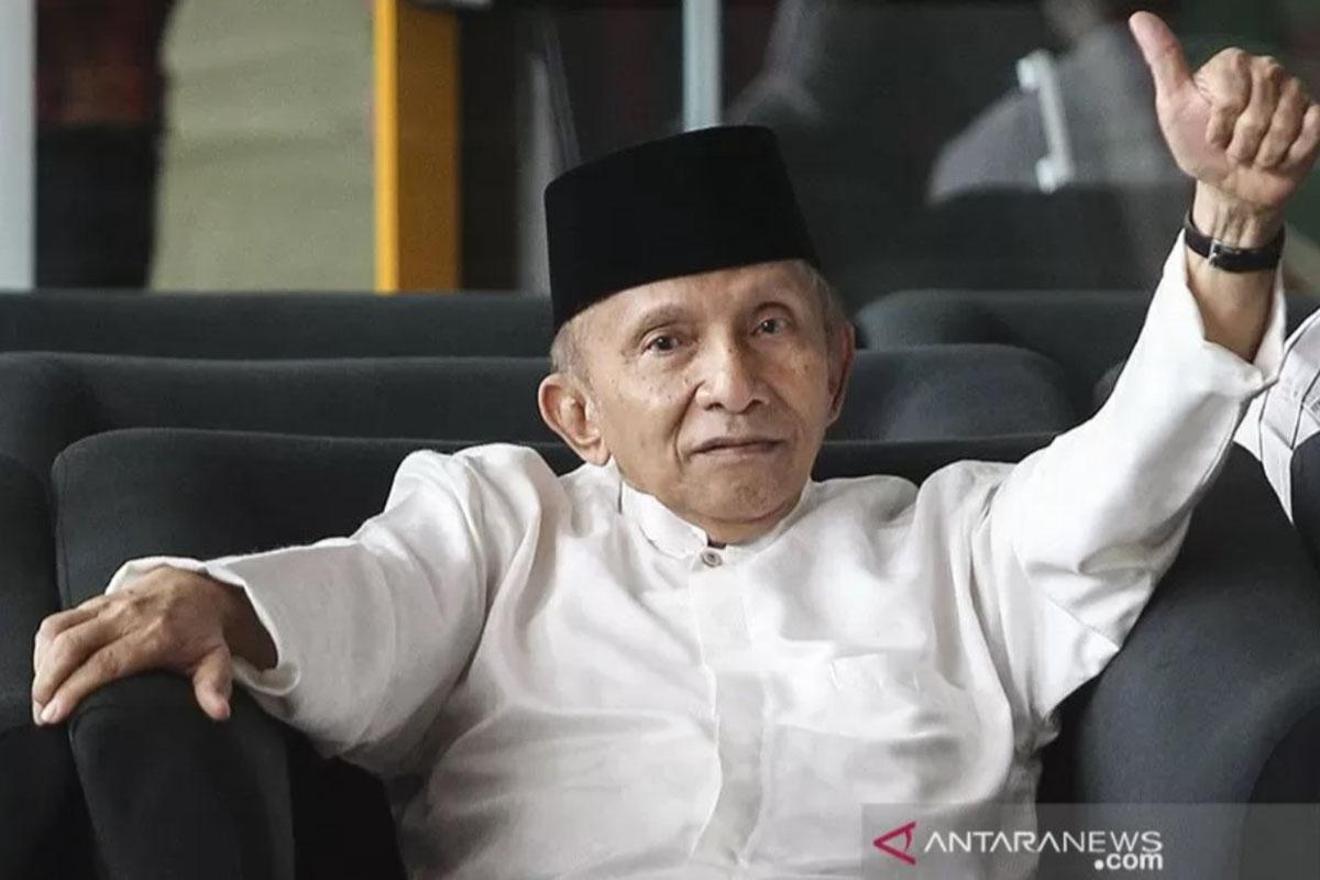 Ilstrasi - Amien Rais saat masih menjadi Ketua Dewan Kehormatan PAN mengacungkan ibu jari sebelum menemui Pimpinan Komisi Pemberantasan Korupsi (KPK) di gedung KPK, Jakarta. Amien Rais saat ini diketahui telah mendirikan Partai Ummat.