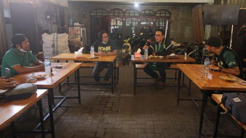 Fans setia klub Persebaya Surabaya, Bonek Mania, mendadak kedatangan tamu tak terduga pada hari Minggu (30/5) kemarin. (foto: Antara)
