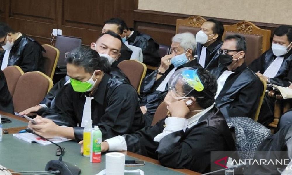Hotman Paris saat mengikuti sidang kasus tindak pidana korupsi Jiwasryara di Pengadilan Tipikor Jakarta. FOTO: Antara