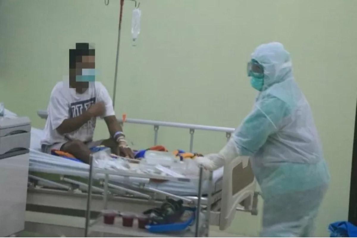 Ilustrasi - Salah seorang tenaga kesehatan di RSUD Loekmono Hadi Kabupaten Kudus, Jawa Tengah, tengah menangani pasien COVID-19. (FOTO: ANTARA/HO-Humas RSUD Kudus)