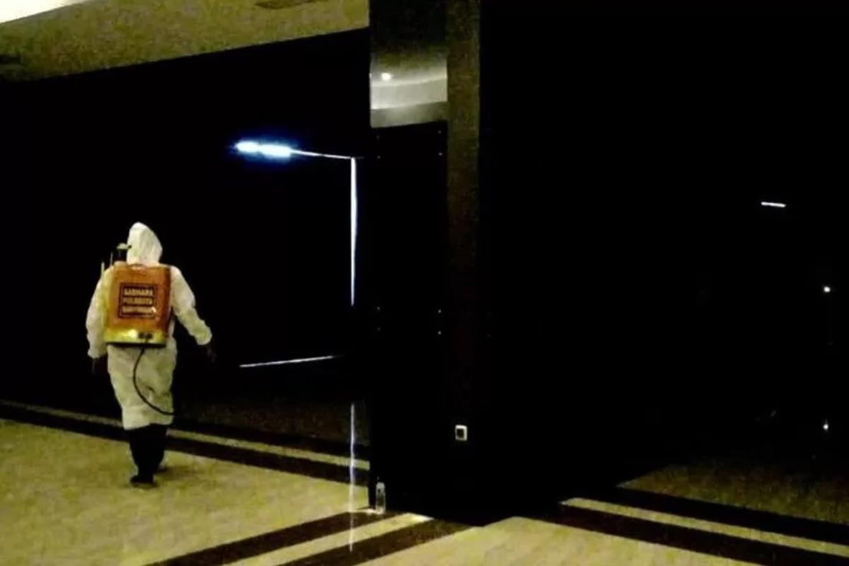 Petugas melakukan penyemprotan disinfektan usai pembubaran acara wisuda di salah satu hotel di Purwokerto. (FOTO: ANTARA/HO - dok. pribadi)