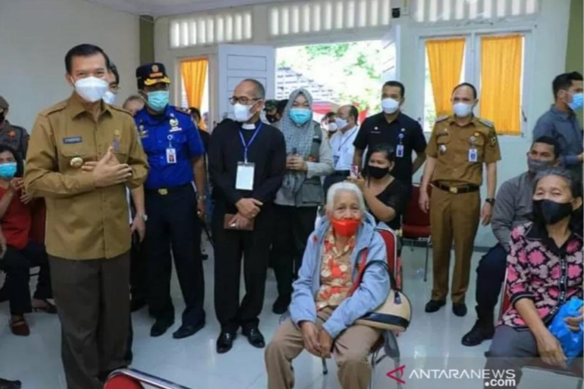 Wako Pekanbaru Firdaus (kiri) tinjau vaksinasi lansia setempat. (FOTO: ANTARA/HO-Pemko Pekanbaru)