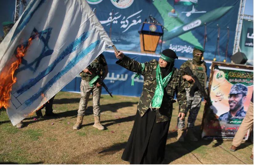 Seorang penudukung Hamas membakar bendera Israel dalam aksi di Gaza, 24 Mei 2021 silam (Foto: Reuters via The Jerusalem Post)