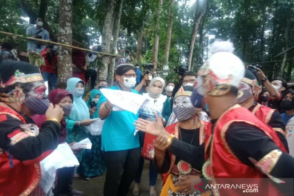 Menparekraf Sandiaga Uno saat mengunjungi Desa Wisata Pentingsari di Kecamatan Cangkringan, Kabupaten Sleman, Daerah Istimewa Yogyakarta. (FOTO: ANTARA/Victorianus Sat Pranyoto)