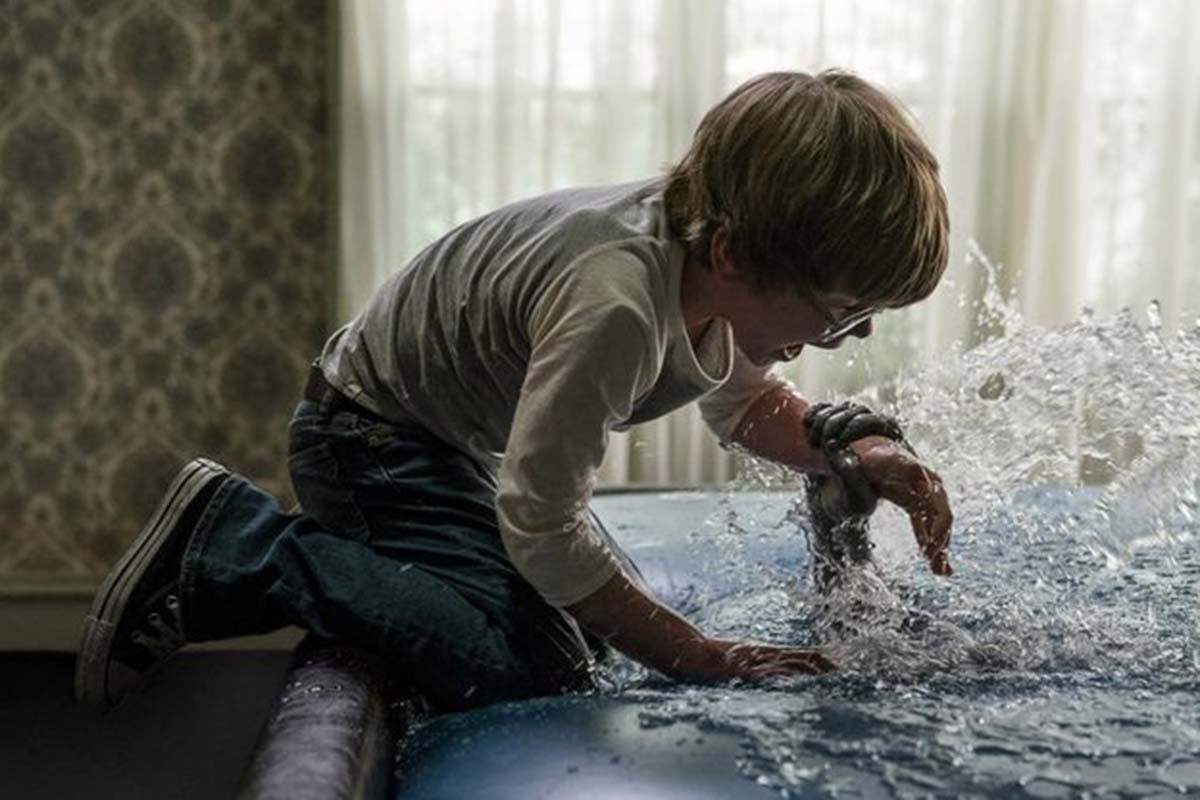 Adegan David Glatzel bertemu dengan iblis di atas kasur air dalam film The Conjuring 3. Foto: IMDb
