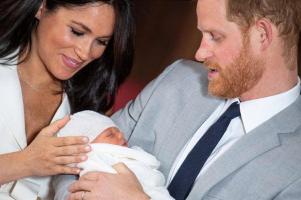 Pangeran Harry dan Meghan Markle bersama anak pertama mereka Archie. Foto: Antara/ Reuters/ Dominic Lipinski/Pool