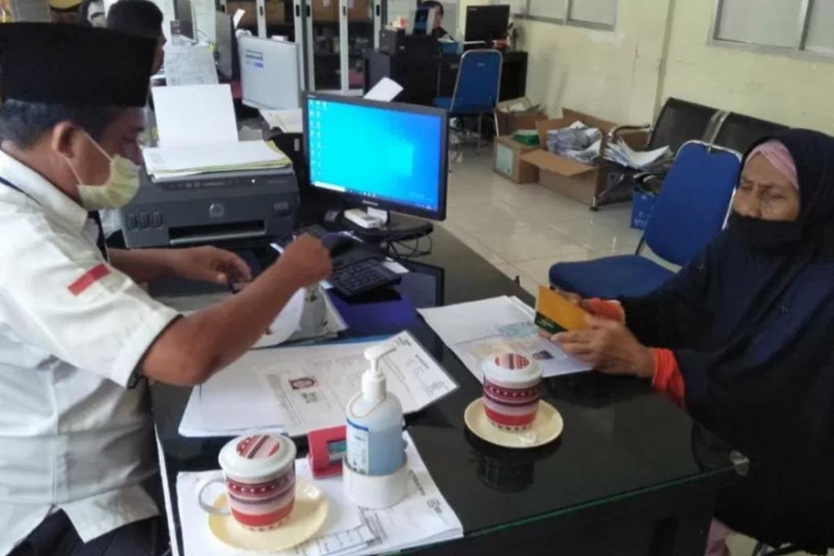Husnah (jilbab hitam) salah satu calon jemaah haji yang dua kali ditunda keberangkatannya mengajukan proses penarikan setoran pelunasan BPIH di kantor Kementerian Agama (Kemenag) Kota Mataram, Selasa (8/6-2021). (Foto: ANTARA/Nirkomala)