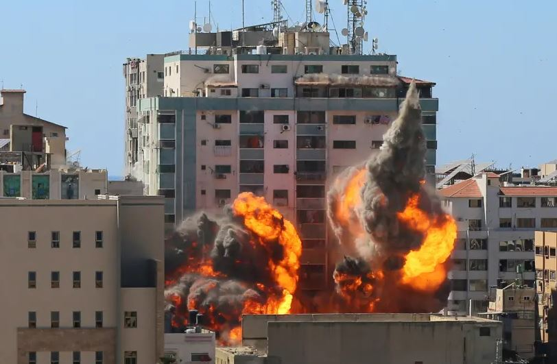 Ledakan dahsyat di gedung yang dimanfaatkan AP sebagai kantor. akibat serangan Israel. (Foto: ASHRAF ABU AMRAH / REUTERS)