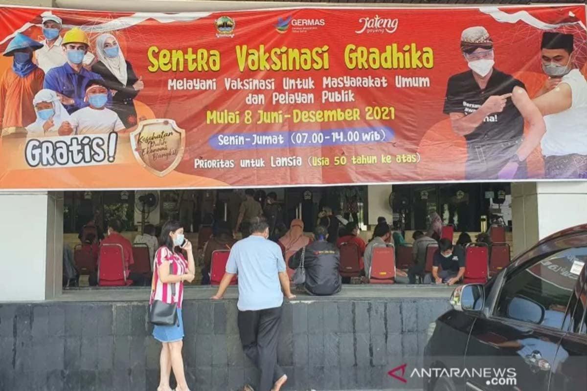 Pelaksanaan vaksinasi di Sentra Vaksin Grhadika komplek kantor Gubernur Jawa Tengah. (FOTO: ANTARA/Wisnu Adhi)