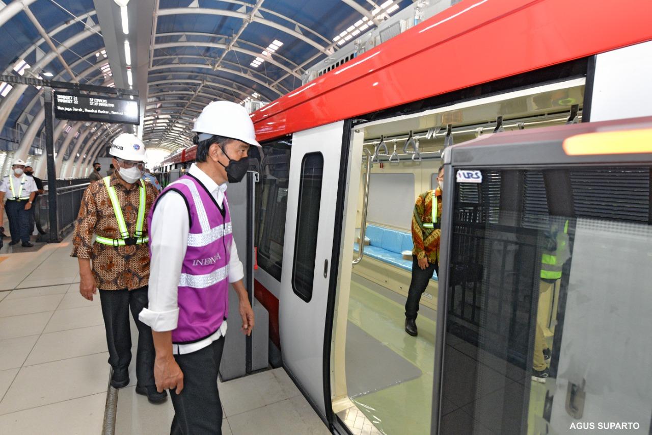 Presiden Jokowi uji coba LRT. Foto: Biro Setpres