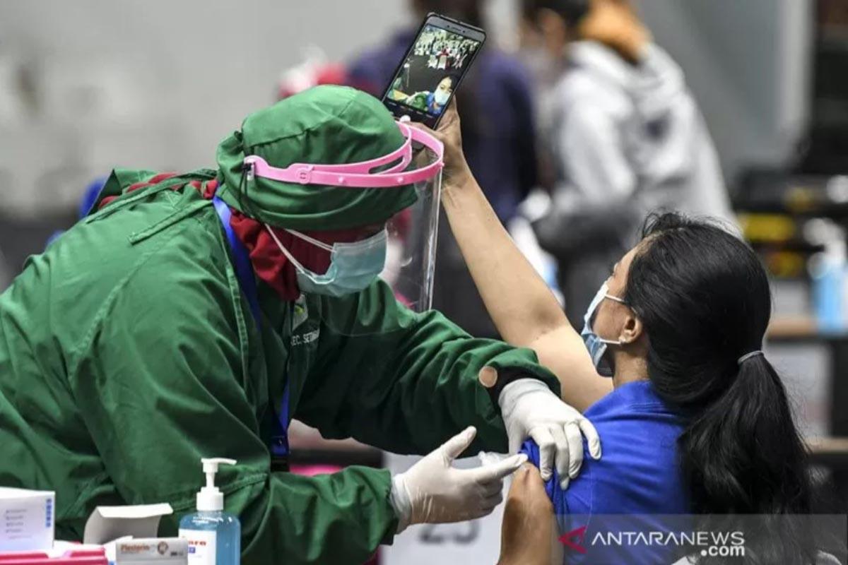 Ilustrasi - Vaksinator menyuntikkan vaksin COVID-19 Sinovac dosis pertama ke seorang tenaga kesehatan saat vaksinasi massal di Istora Senayan, Jakarta, Kamis (4/2/2021). (FOTO: ANTARA/M RISYAL HIDAYAT)
