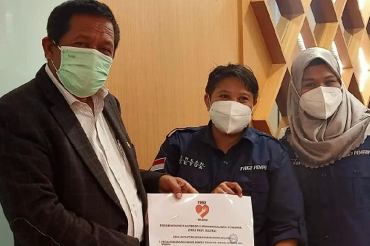 Ketua Forum Honorer K2 Sultra, Andi Melyani Kahar (tengah) saat menyerahkan dokumen perjuangan mereka kepada Hugua, anggota Komisi II DPR RI (foto: Dok. FHK2 Provinsi Sultra)