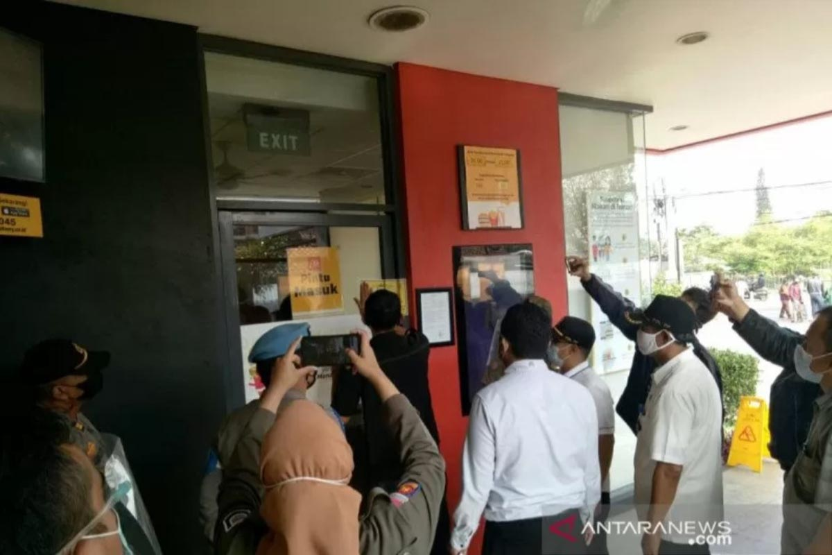 Penyegelan dilakukan terhadap gerai McDonalds yang berada di Jalan Buahbatu, Kota Bandung, Jawa Barat, Rabu (9/6/2021). (FOTO: ANTARA/HO-Satpol PP Kota Bandung)