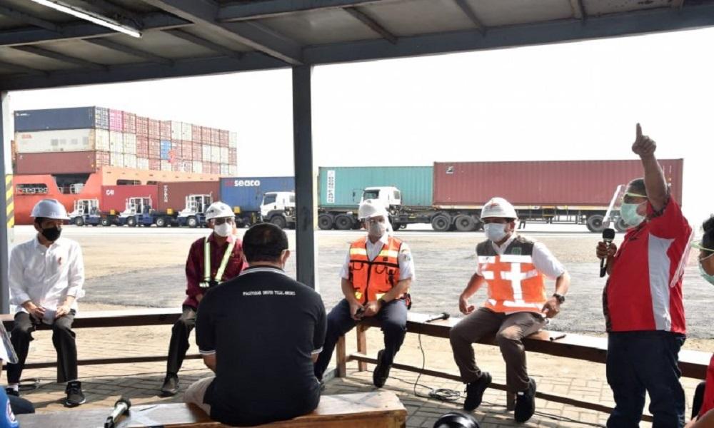 Presiden Jokowi berdialog dengan para sopir di Pelabuhan Tanjung Priok Jakarta. FOTO: Antara