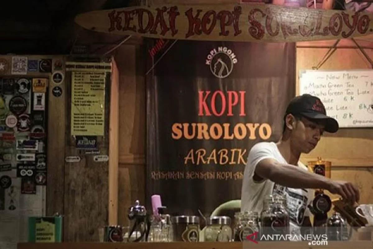 Ilustrasi - Kopi Suroloyo Win, pemilik kedai Kopi Suroloyo sedang mecarik kopi di kawasan puncak suroloyo, Kulon Progo. (Foto: ANTARA/Isroviana/ags)