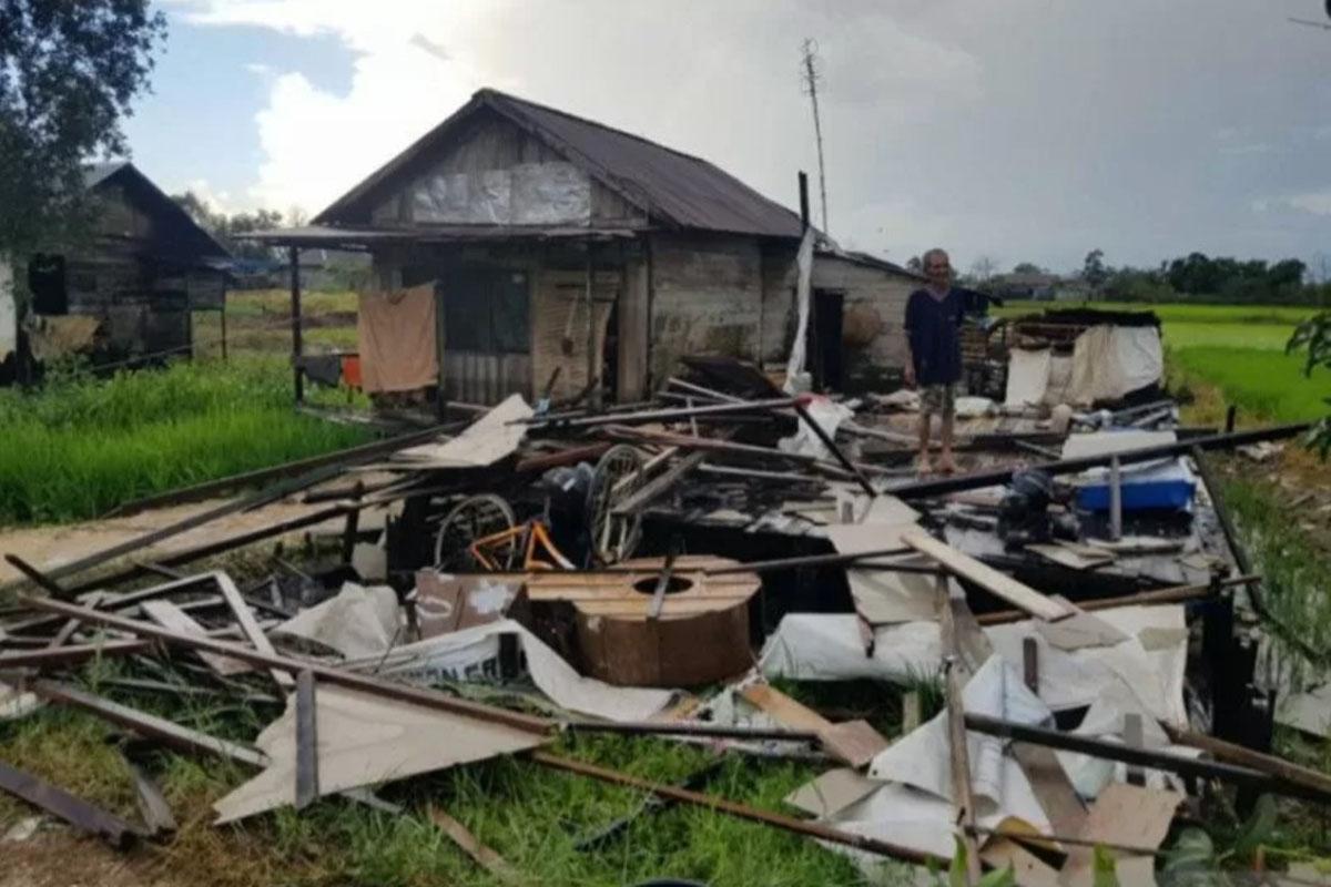 Satu unit rumah dari puluhan rumah yang rusak berat di Desa Penggalaman Kecamatan Martapura Barat yang rusak akibat diterjang puting beliung, Jumat petang. (Foto: Antaranews Kalsel)