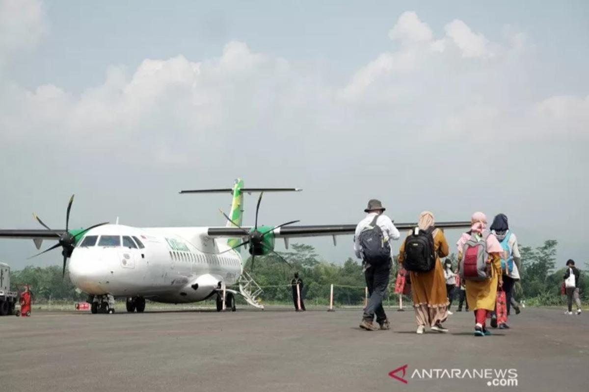 Sejumlah penumpang menaiki pesawat ATR 72-600 milik maskapai penerbangan Citilink di Bandara Jenderal Besar Soedirman (JBS), Purbalingga, Jawa Tengah, Kamis (3/6/2021). (FOTO: ANTARA/Idhad Zakaria/pras)