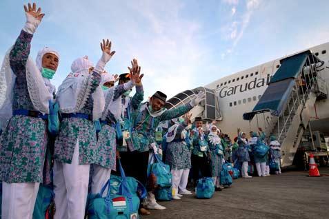 Ilustrasi - jemaah haji menaiki pesawat di Bandar Udara Internasional Sultan Hasanuddin, Makassar, saat sebelum pandemi. Foto: ANTARA