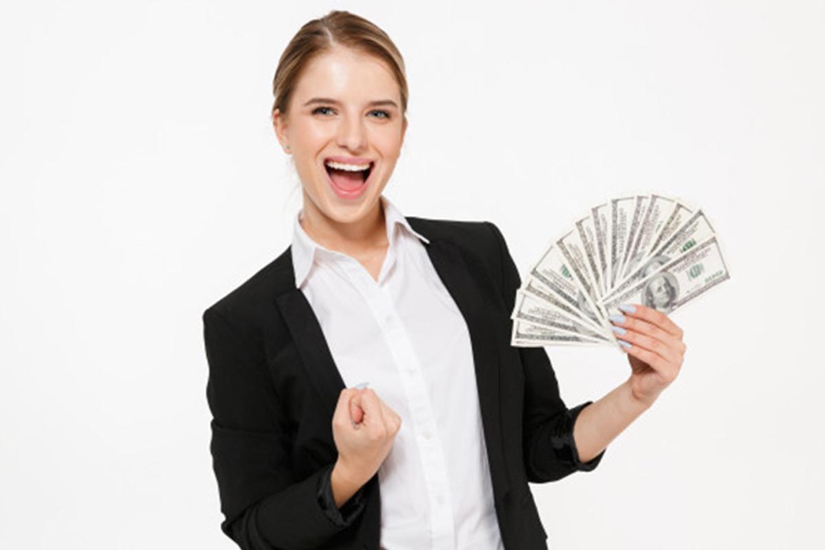 Ilustrasi - Wanita memegang uang. Foto: Freepik/drobotdean.