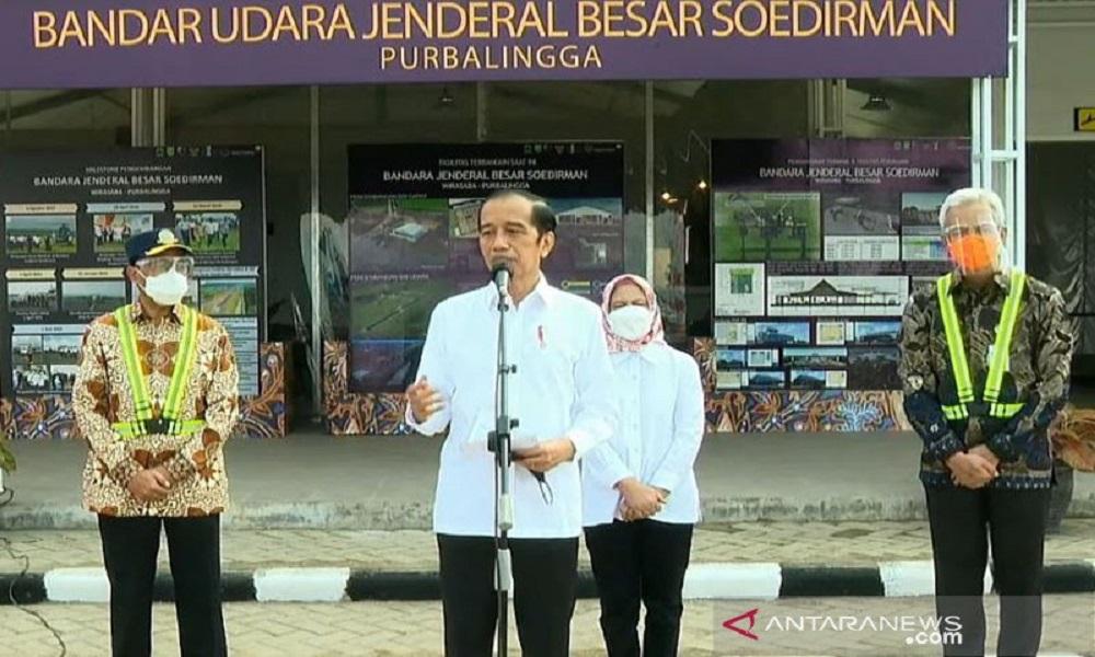 Presiden Jokowi saat meresmikan Bandara Jenderal Besar Soedirman Purbalingga, yang dampingi Gubernur Jateng Ganjar Pranowo. FOTO: Antara
